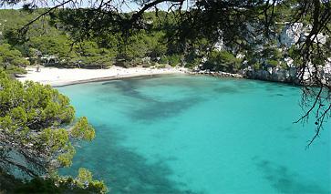 Die Bucht Cala Macarella auf Menorca