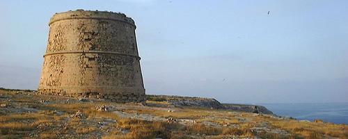 Steilküste und Wachturm auf Menorca
