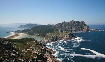 Blick auf die Hügelkette der Insel Cíes in der Provinz Pontevedra