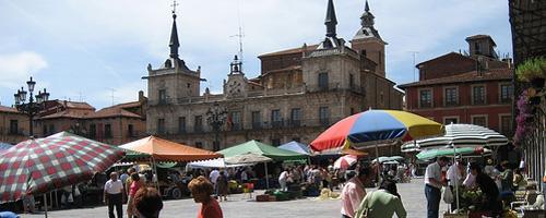 Buntes Treiben auf dem Markt in León