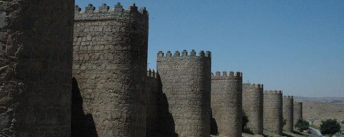 Trutzige Türme der Stadtmauer von Ávila