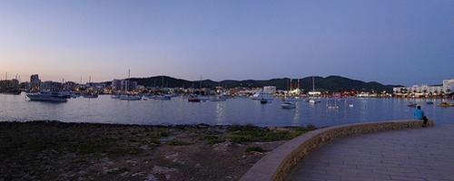 nächtliche Hafenansicht der Stadt Ibiza
