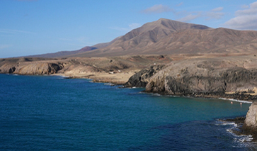 Blick auf die Playa del Pozo und die Vulkane