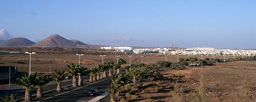 Weiße Häuser auf vulkanischer Erde